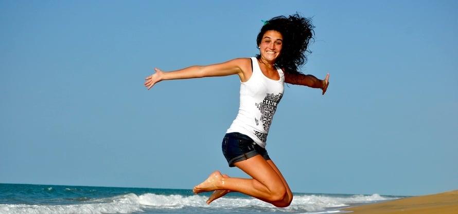 femme heureuse qui saute